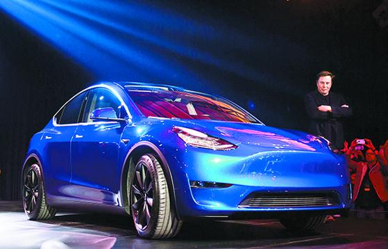 일론 머스크 테슬라 CEO가 지난 15일 '모델Y'를 소개하고 있다. 4000만원대 전기 SUV인 모델Y는 내년 가을 고객에 인도된다. [AFP=연합뉴스]