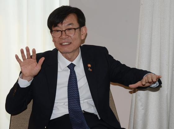 베를린서 기자간담회 하는 김상조 위원장   (베를린=연합뉴스)