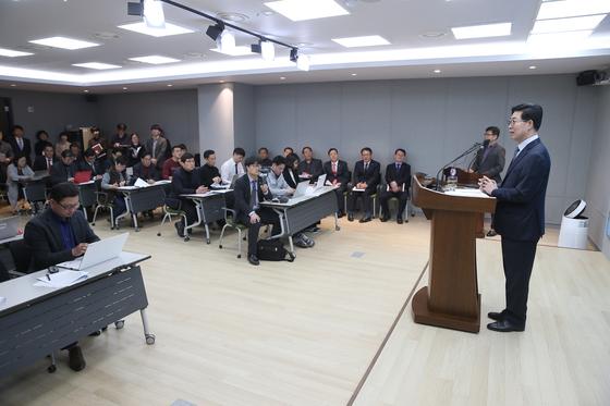 양승조 지사가 지난 6일 충남도청 브리핑룸에서 열린 기자회견에서 질문에 답하고 있다. [사진 충남도]