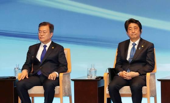문재인 대통령과 아베 신조 일본 총리가 2018년 도쿄에서 열린 행사에 참석한 모습.  [청와대사진기자단]