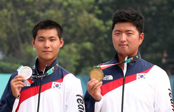 지난해 아시안게임에서 금메달을 따낸 김우진(오른쪽)과 은메달리스트 이우석. [연합뉴스]