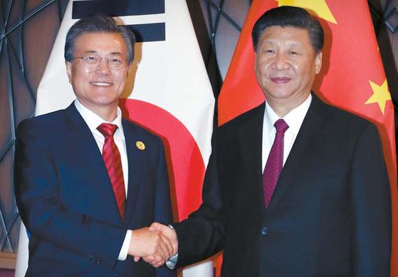 문재인 대통령과 시진핑 중국 국가주석이 2017년 11월 베트남 다낭에서 만나 악수하고 있다. [중앙포토]