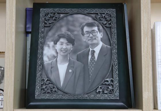 1998년 주님의교회 10년 목회를 마치고 스위스로 떠나기 직전에 찍은 이재철 목사와 정애주 사모의 사진이 거실 책장에 놓여 있었다. 송봉근 기자