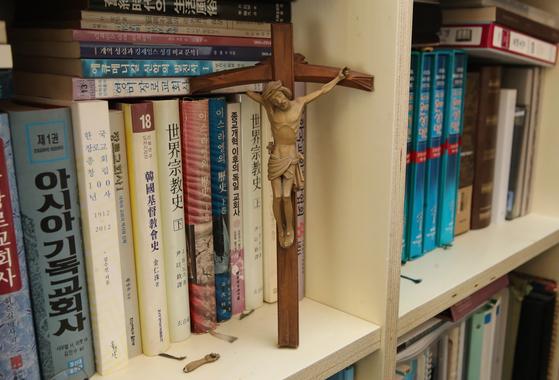 """구상 시인이 이재철 목사에게 선물했던 십자가. 이 목사는 """"이사할 때 예수님의 팔이 부러졌다. 그런데 붙이지 않고 일부러 바닥에 내려놓았다. 2차 대전 때 폭격 받은 독일 성당에 예수님의 한쪽 팔이 부러진 십자가 상이 있었다. 그 아래 팻말에는 '주님께서는 오늘도 당신의 팔을 필요로 하십니다'라는 글귀가 적혀 있었다. 이걸 볼 때마다 그 생각을 한다""""고 말했다. 송봉근 기자"""