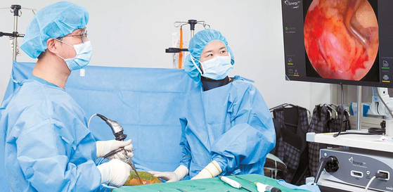 분당 서울나우병원 안진우 원장은 중증도가 높아 수술만 가능했던 허리디스크·척추관협착증도 척추 내시경으로 치료한다. 프리랜서 인성욱