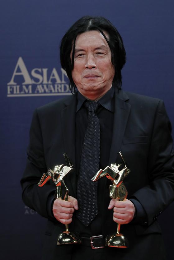 17일 홍콩에서 열린 제13회 아시안 필름 어워드에서 공로상과 감독상을 받은 이창동 감독. [AP=연합뉴스]