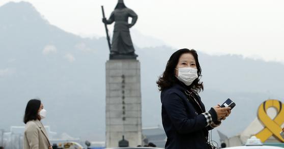 중국발 오염물질이 유입되면서 전국적으로 미세먼지가 기승을 부린 가운데 서울 광화문 광장에서 마스크를 쓴 시민들이 출근길을 서두르고 있다. 중국은 미세먼지 통계조차 공유하지 않고 있다.  [뉴스1]