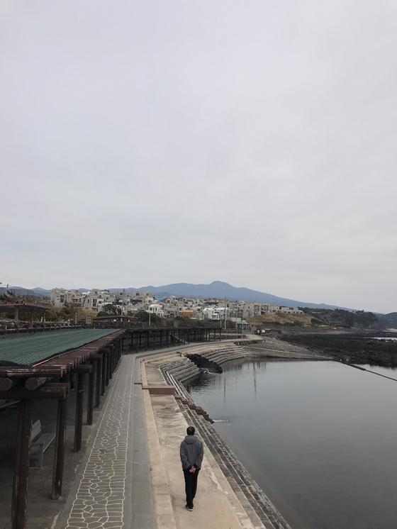 제주 예래휴양형주거단지 인근의 논짓물. 민물과 바닷물이 한대 모이는 물놀이터다. 최충일 기자