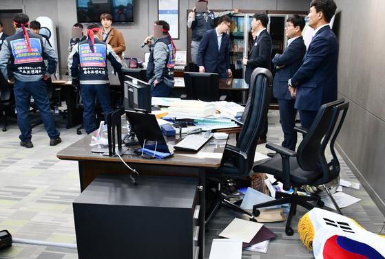 거제시장실 난입한 대우조선 노조원들. [연합뉴스]