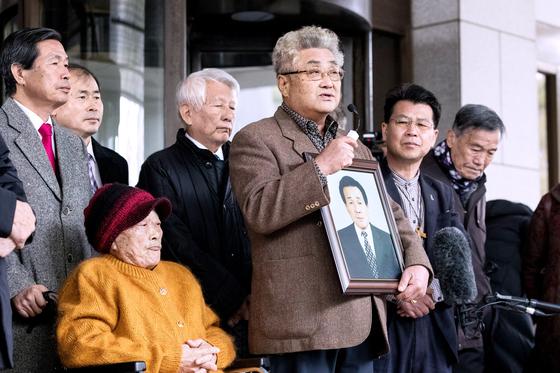 대법원이 미쓰비시 중공업 등 일본 기업들에 강제징용 배상 책임이 있다고 판결한 2018년 10월 30일 한국인 피해자들이 법정 앞에서 소감을 밝히고 있다. 일본 측은 이 판결에 반발하고 있다. [뉴스1]