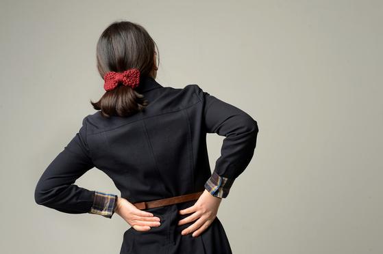 허리는 무거운 몸을 지탱하고 있으며 일상적으로 많이 사용하는 부위이기 때문에 통증이 생기기 쉽다. [중앙포토]