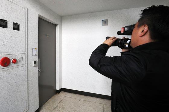 불법 주식거래와 투자유치 혐의로 구속기소 된 이른바 '청담동 주식 부자' 이희진(33)씨의 부모가 경기도 평택과 안양에서 살해된 채 발견됐다. 사진은 범행 장소인 경기도 안양시의 한 아파트의 모습. [뉴스1]