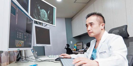 서울하이케어의원 김태희 원장은 초음파의 열에너지를 이용해 종양을 태우는 하이푸로 전이되거나 수술이 어려운 간암 환자를 치료한다. 프리랜서 인성욱