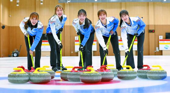 지난달 겨울체전에서 우승한 '컬스데이' 경기도청 여자 컬링팀. 왼쪽부터 스킵 김은지와 엄민지·김수지·설예은·설예지. 2022년 베이징 겨울올림픽 메달을 꿈꾸고 있다. [변선구 기자]