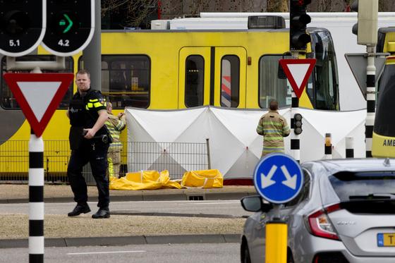 총격 테러가 발생한 네덜란드 위트레흐트시의 트램(전차)을 경찰이 조사하고 있다. [AP=연합뉴스]