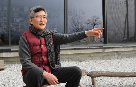 """이재철 목사는 '산골의 거대한 자연은 내게 삶에 대한 겸손과 감격을 일깨워 준다. 서울에서 계속 살았다면 맞지 못했을 날들, 상상하지 못했을 날들을 여기서 맞고 있다""""고 말했다. [송봉근 기자]"""