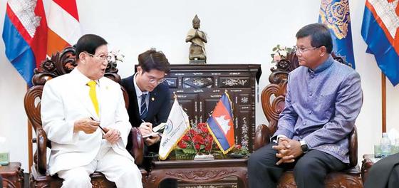 지난달 21일 열린 HWPL 이만희 대표와 캄보디아 행 추온 나론 교육청년스포츠부 장관 회담 모습.