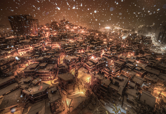 기상기후사진 공모전에서 은상을 수상한 'A village where Christmas falls'. [기상청 제공]