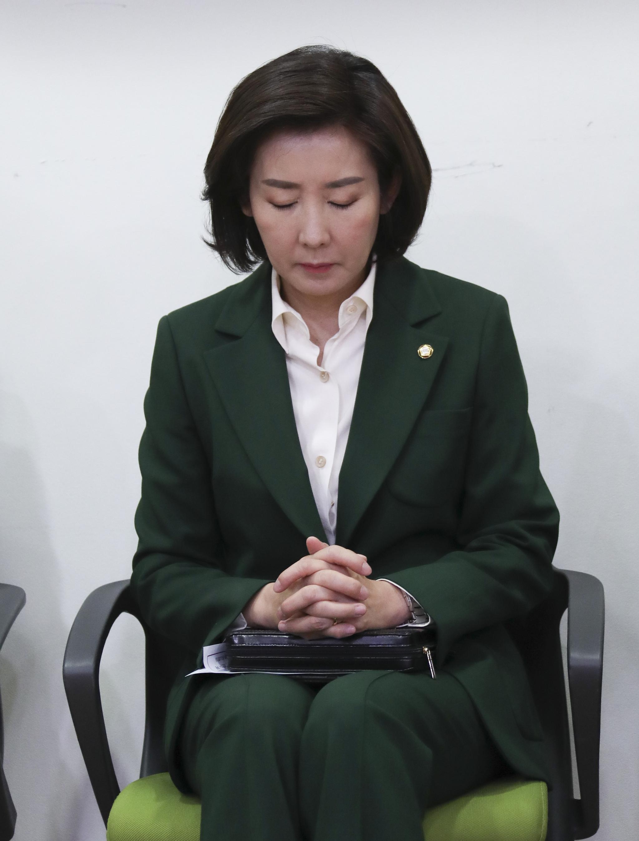 나경원 원내대표가 기도하고 있다.  임현동 기자