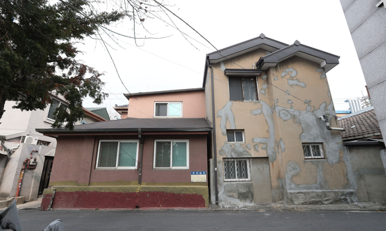 나즈막한 단독주택들이 모여 있는 후암동에는 일본강점기 때 적산가옥을 비롯해 특이한 건축물이 드문드문 남아있다. 우상조 기자