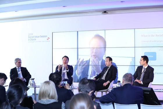 최태원 SK 회장(무대 왼쪽서 두번째)이 사회적 가치 추구 경영에 관해 토론하고 있다. [사진 SK]