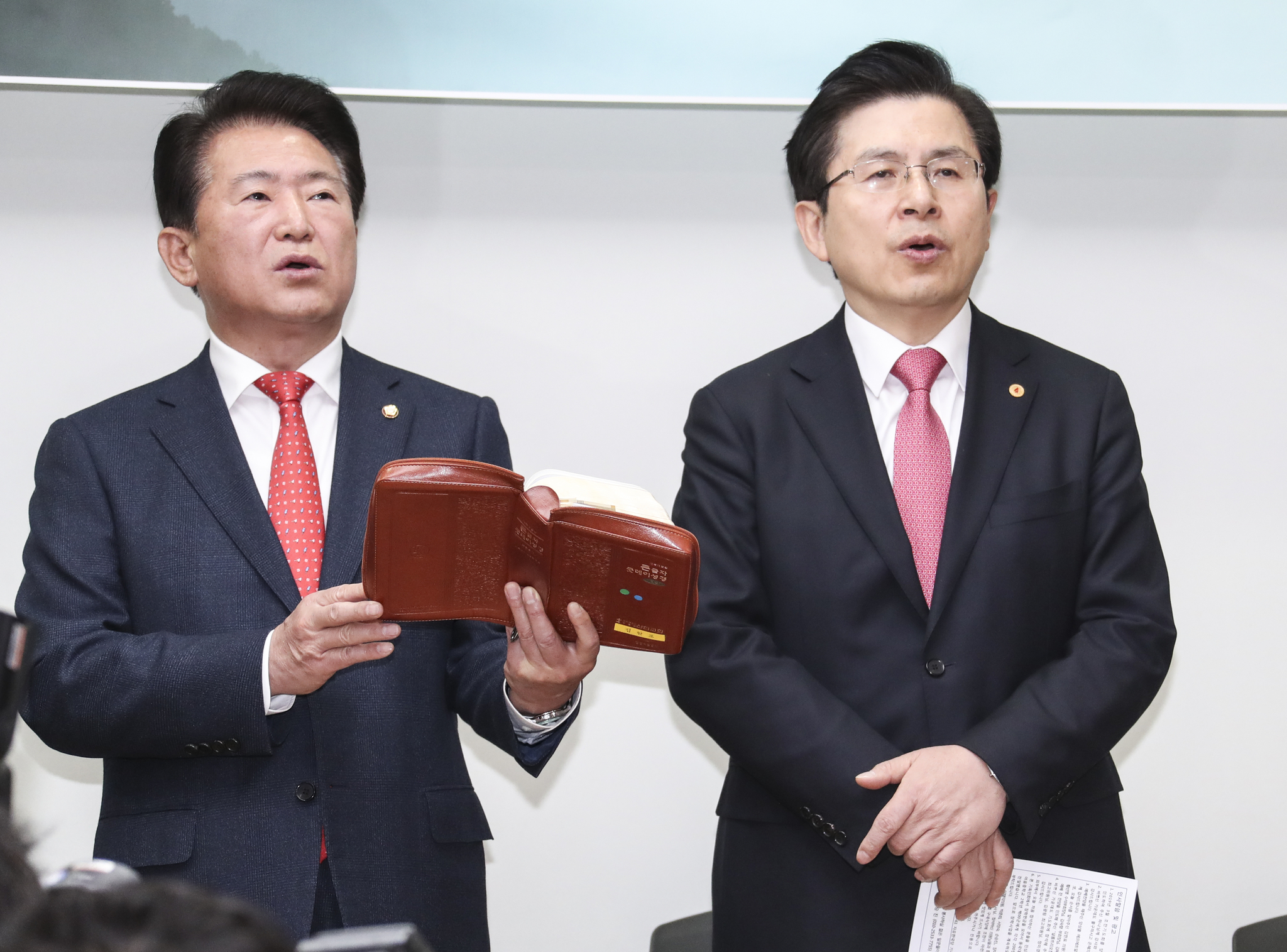 황교안 대표(오른쪽)와 김한표 의원이 찬송가을 부르고 있다.  임현동 기자