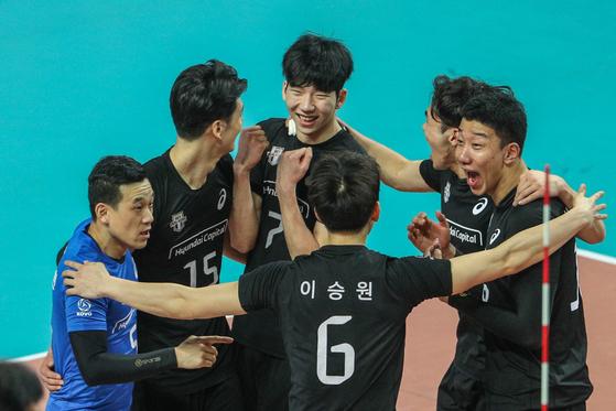 18일 오후 서울 중구 장충체육관에서 열린 프로배구 도드람 2018~2019 리그 우리카드와 현대캐피탈의 플레이오프 2차전에서 세트스코어 3-0으로 우리카드에 승리한 현대캐피탈 선수들이 기뻐하고 있다. [뉴스1]