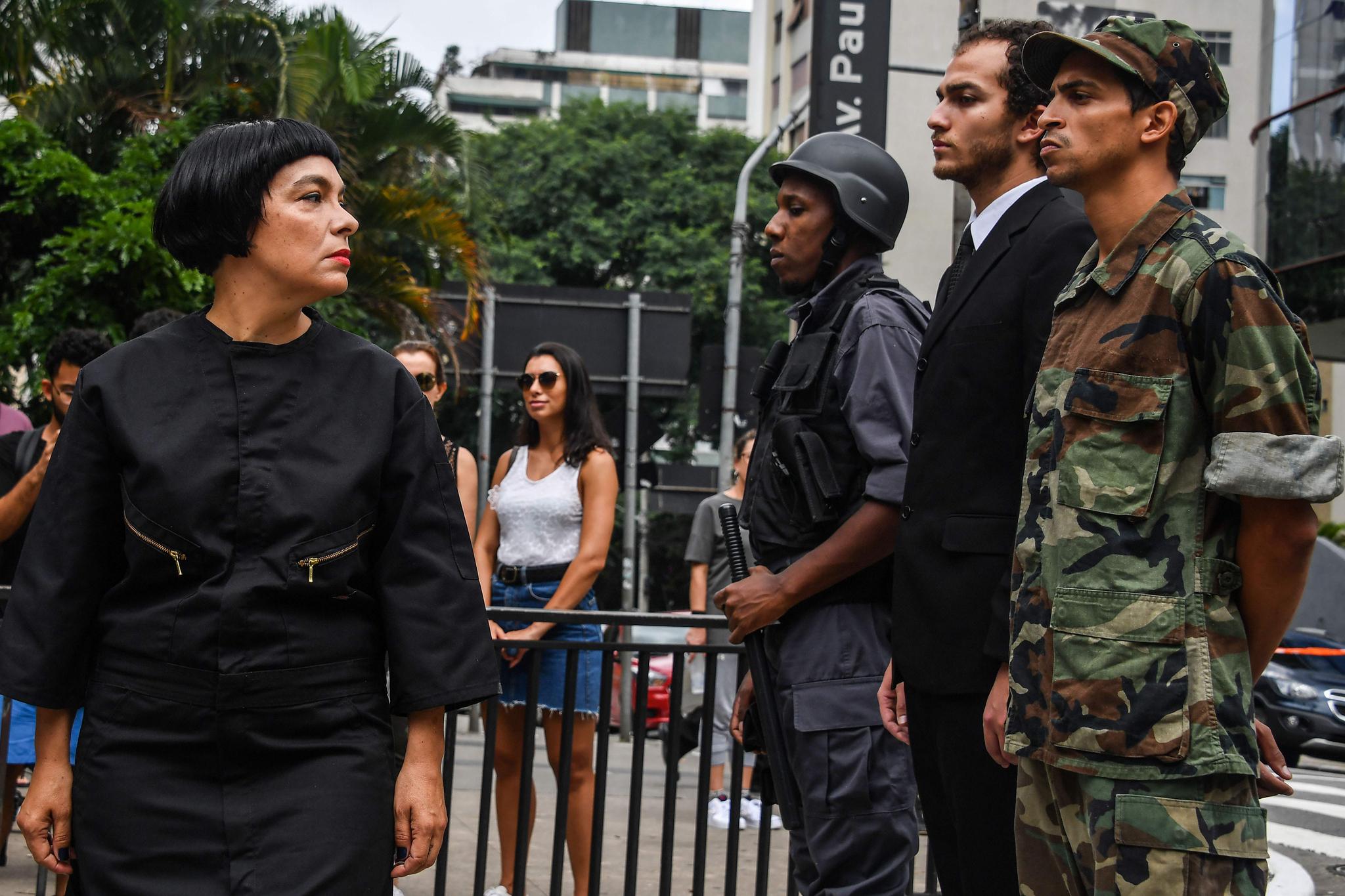 데보라 카스티요가 군인,경찰,정치인 복장을 한 세 남자를 바라보고 있다. [AFP=연합뉴스]