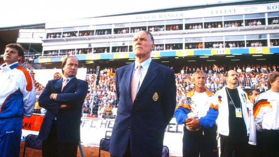 현대축구 전술의 근간을 이루는 '토털 축구' 개념을 창시한 리뉘스 미헐스 감독(가운데). 축구팬들 사이에서 '장군'이라는 별명으로 불리며 존경 받았다. [사진 네덜란드축구협회 홈페이지 캡쳐]