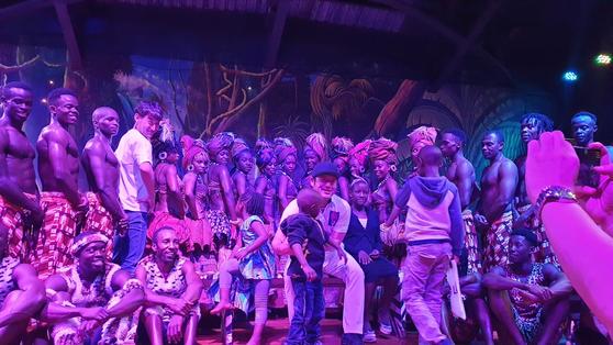 최호성(가운데)이 케냐 전통무용 공연을 관람한 뒤 출연자들과 기념 촬영을 했다. [나이로비=성호준 기자]
