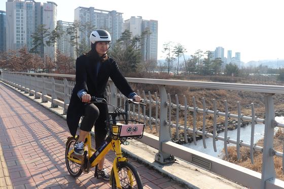카카오모빌리티 직원인 성지혜씨가 T 바이크를 타고 판교 곳곳을 누비고 있다. [사진 카카오모빌리티]