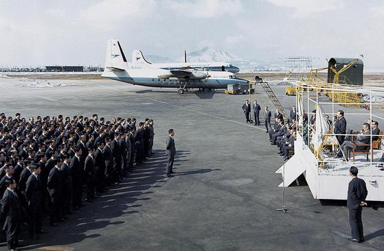 1969년 3월 6일 김포공항에서 진행된 대한항공공사 인수식 모습. [사진 대한항공]