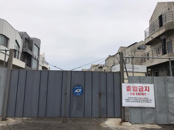 지난 14일 서귀포시 예래동에 들어선 예래휴양형주거단지 출입구가 굳게 잠겨있다. [최충일 기자]