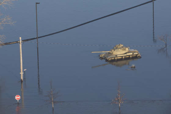 미국 중서부를 강타한 '폭탄 사이클론'으로 50년 만의 기록적인 홍수가 발생한 미국 네브래스카주 애쉬랜드에서 17일(현지시간) 주 방위군 기지 내 탱크 한 대가 물에 잠겨 있다. [EPA=연합뉴스]