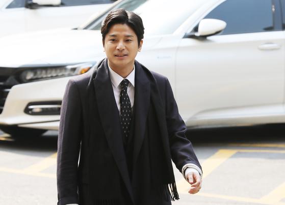 '버닝썬 폭행' 신고자 김상교 씨(29)가 19일 오전 서울지방경찰청 사이버수사대에 피고발인 신분으로 조사를 받기 위해 들어서고 있다. [뉴스1]