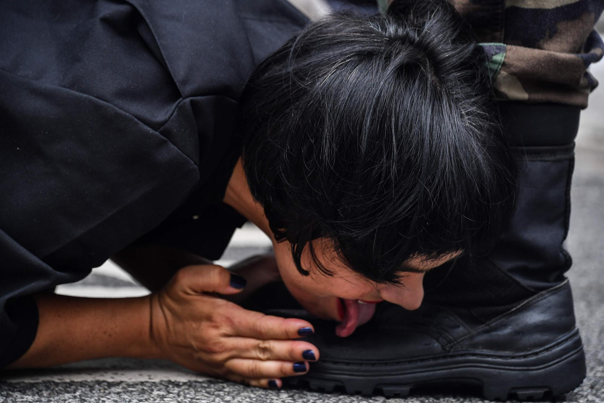 베네수엘라 출신 예술가 데보라 카스티요가 17일(현지시간) 브라질 상파울루 거리에서 베네수엘라 정권을 비판하는 퍼포먼스를 하고 있다. [AFP=연합뉴스]
