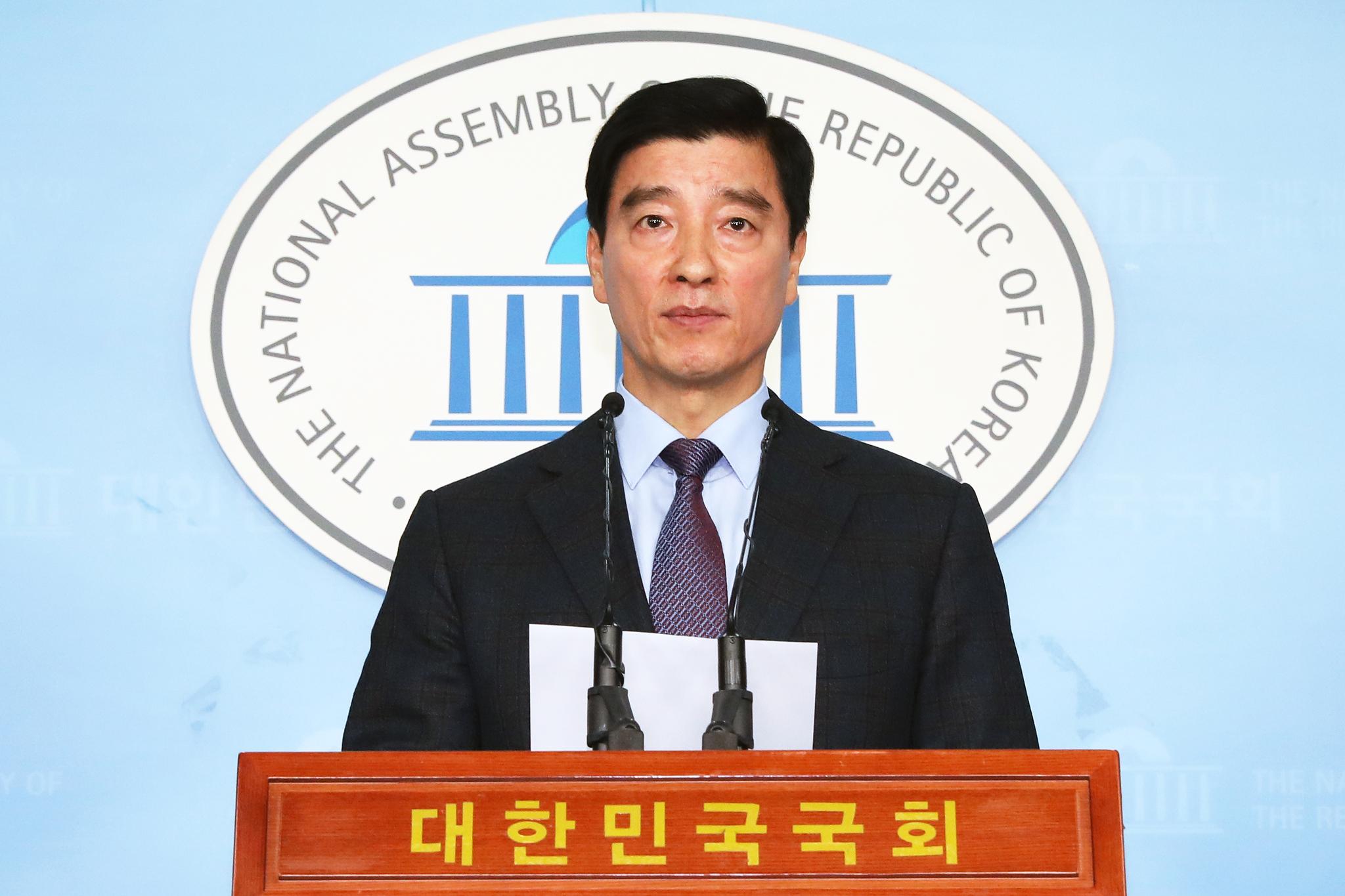 이해식 더불어민주당 대변인이 17일 오전 서울 여의도 국회 정론관에서 현안 관련 브리핑을 하고 있다. [뉴스1]