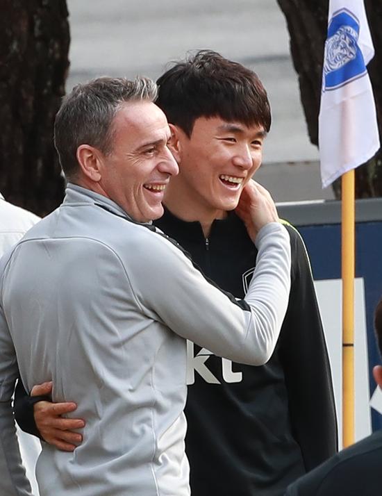 18일 파주 NFC에 소집된 황인범(오른쪽)이 벤투 감독과 대화하고 있다. 연합뉴스 제공