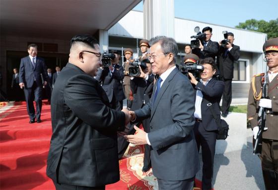 지난해 5월 26일 문재인 대통령과 북한 김정은 국무위원장이 판문점 북측 통일각에서 열린 남북 정상회담을 마친 뒤 헤어지며 손을 맞잡고 있다. / 사진:연합뉴스