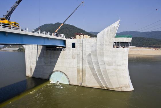 4대강 사업의 하나로 낙동강에서는 창녕함안보 공사 진행 중이다. [중앙포토]