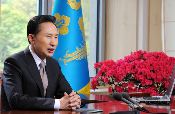 2009년 4월 29일 당시 이명박 대통령은 라디오와 인터넷 연설을 통해 한강과 낙동강을 연결하는 대운하 사업은 포기하되 4대강 살리기는 지속적으로 추진해 나갈 것이라고 밝혔다. [중앙포토]