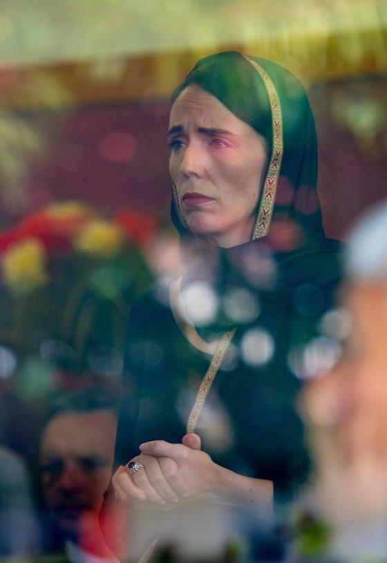 화제를 부른 저신다 아던 뉴질랜드 총리의 사진. 히잡을 쓰고 슬픔에 빠진 표정의 총리 사진은 큰 공감을 일으켰다.[크라이스트처치 시의회]