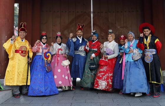 20개국 1만2000명을 대상으로 설문조사를 벌인 결과, 한국관광에 대한 인지도는 57.9%, 선호도는 59.5%로 나타났다. 서울 남산골한옥마을에서 외국인 관광객들이 한복을 입고 기념사진을 찍는 모습. [뉴시스]