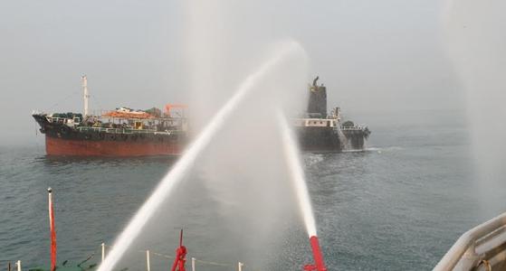 20일 오전 5시38분께 전남 여수시 오동도 동쪽 5km 앞 해상에서 부산 선적 494t 석유제품 운반선에서 불이 나 여수소방서 소방정이 진화작업을 벌이고 있다. [여수소방서=연합뉴스]