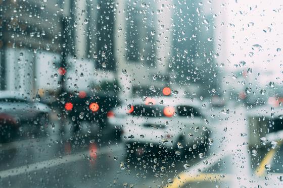오늘은 쉬는 날, 추적추적 봄비가 내린다. 미세먼지로 스산하다가 비까지 내린날 맨발로 집안을 여행했다. [사진 pixabay]