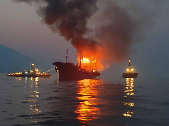 20일 오전 5시38분께 전남 여수시 오동도 동쪽 5km 앞 해상에서 부산 선적 494t 석유제품 운반선에서 불이 나 해경이 진화작업을 벌이고 있다. [여수해경=연합뉴스]
