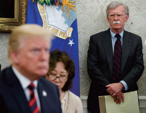 존 볼턴 미국 백악관 국가안보보좌관(오른쪽)이 트럼프 대통령을 바라보고 있다. / 사진 : AP/연합뉴스