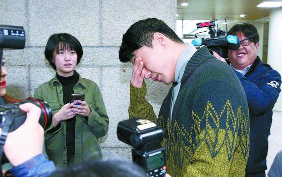 버닝썬 이문호 대표가 19일 오전 영장실질심사를 받기 위해 서울중앙지법으로 출석하고 있다. 이날 법원은 범죄 혐의에 대한 다툼의 여지가 있다며 이 대표에 대한 구속영장을 기각했다. [김상선 기자]