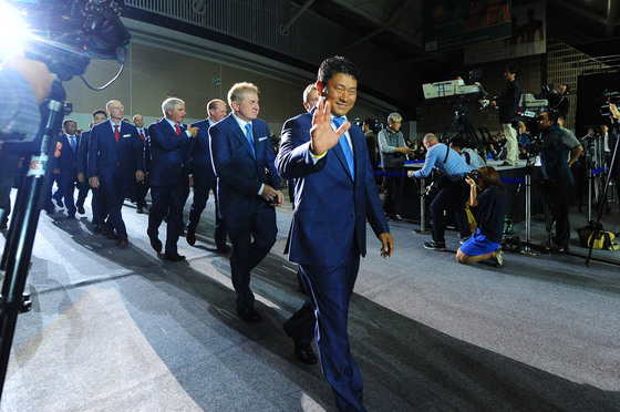 7일 오후 인천시 연수구 송도컨벤시아에서 열린 '2015 프레지던츠컵 개막식'에서 최경주 인터내셔널 수석부단장을 비롯한 인터내셔널 팀이 입장하고 있다. [사진공동취재단]