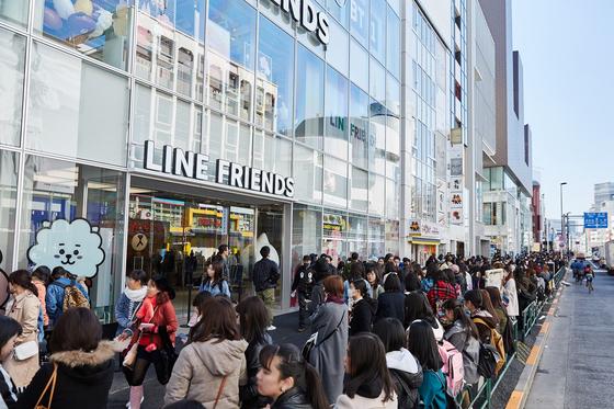 라인프렌즈 하라주쿠 스토어 오픈 당시 입장을 위해 일본 소비자가 1㎞ 가량 줄지어 기다리고 있다.